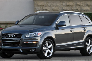 Audi Q7 In Grey Front Side Pose