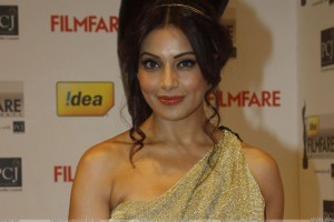 Bipasha Basu Filmfare Awards 2012 Red Carpet Red Lips Smiling