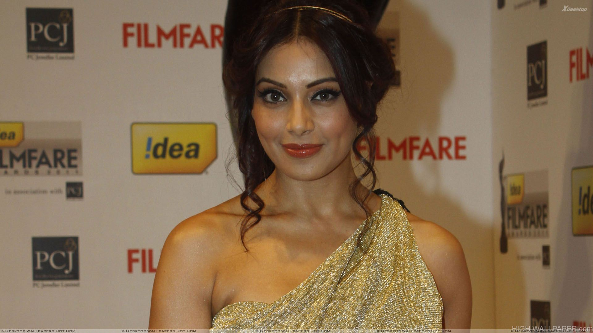 Bipasha Basu Filmfare Awards 2012 Red Carpet Red Lips Smiling