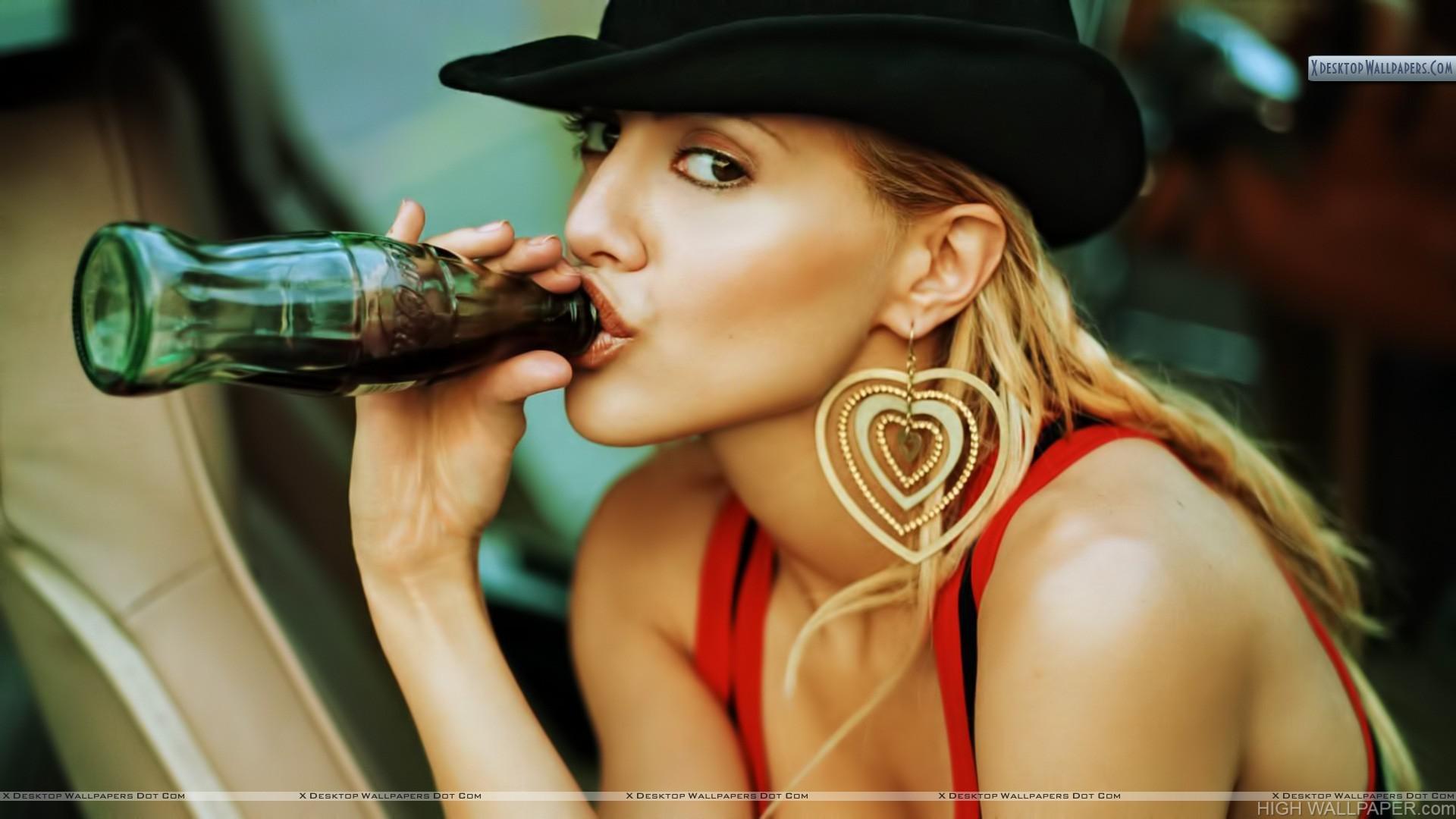 Brittany Murphy Drinking Coke