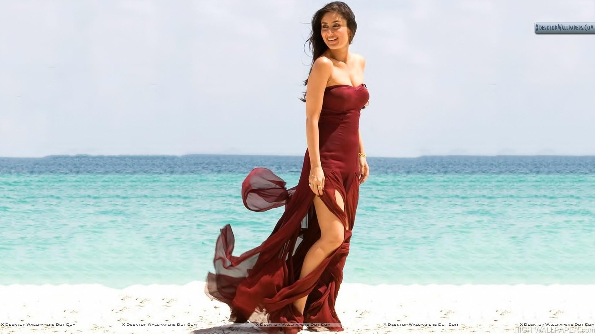 Kareena Kappor In Sexy Brown Dress Near Beach