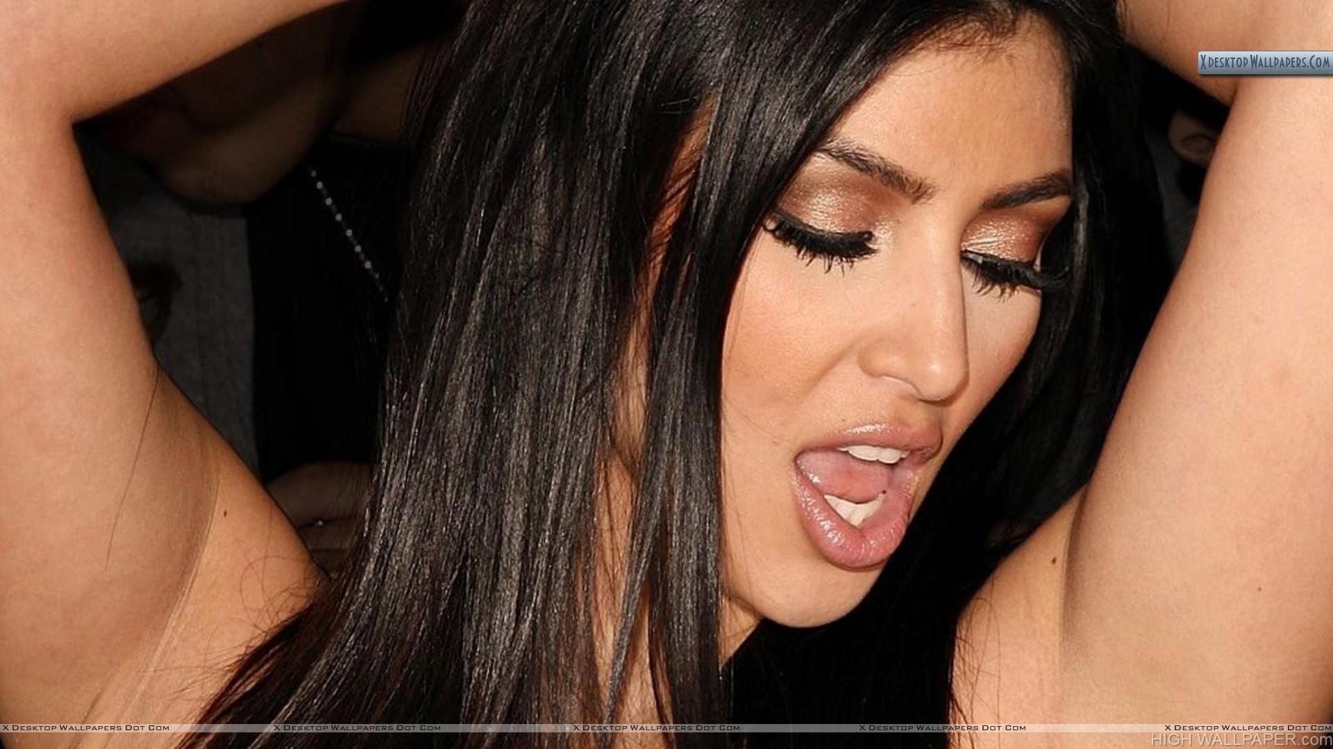 Kim Kardashian Singing Something N Open Mouth