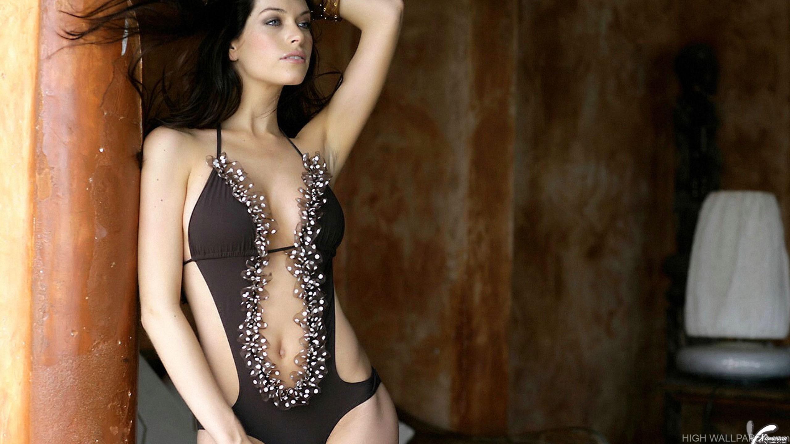 Kim Smith Posing In Bikini