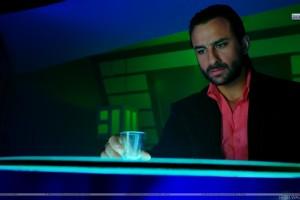 Saif Drinking in Race Movie