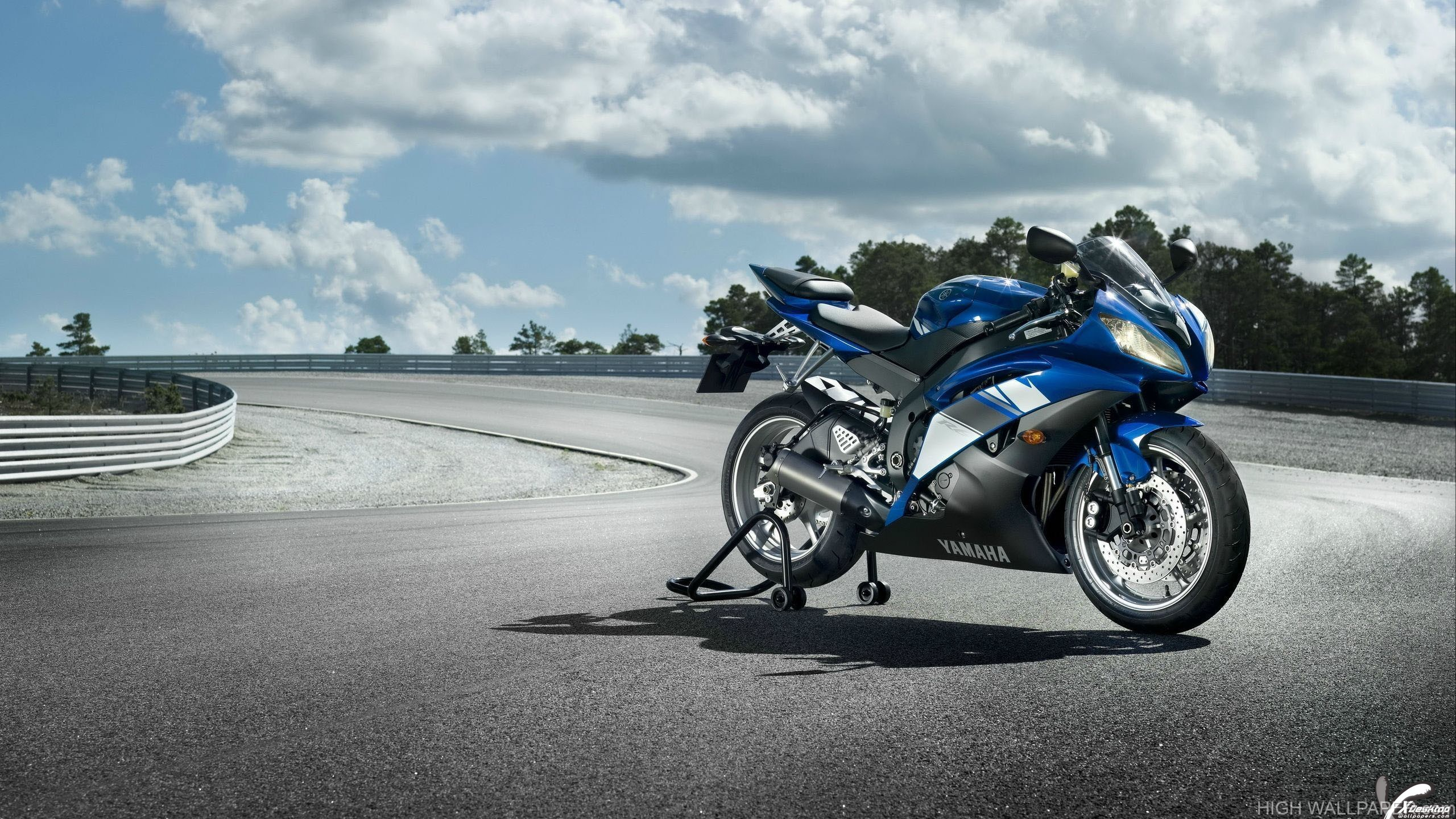 Side Pose Of 2014 Yamaha YZF R6 In Blue Colour