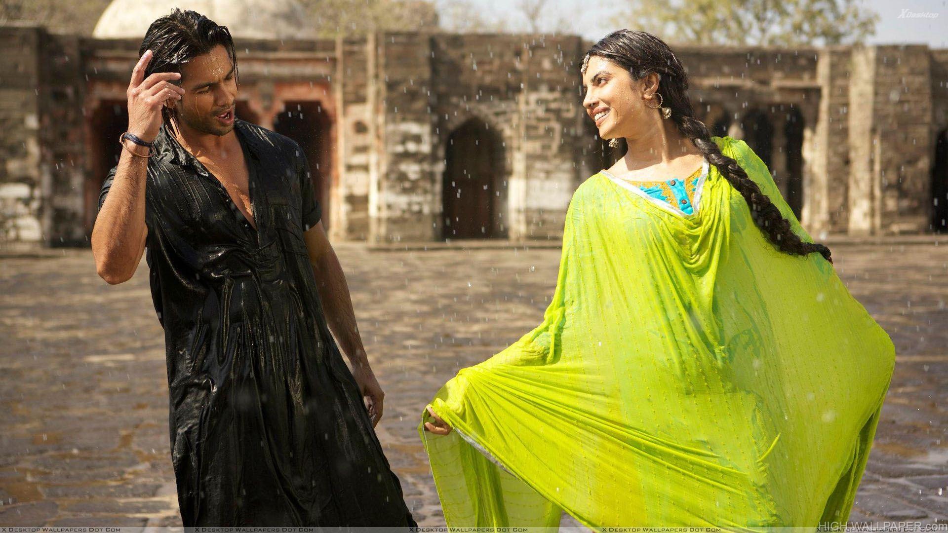 Teri Meri Kahaani   Priyanka Chopra And Shahid Kapoor Singing In Rain