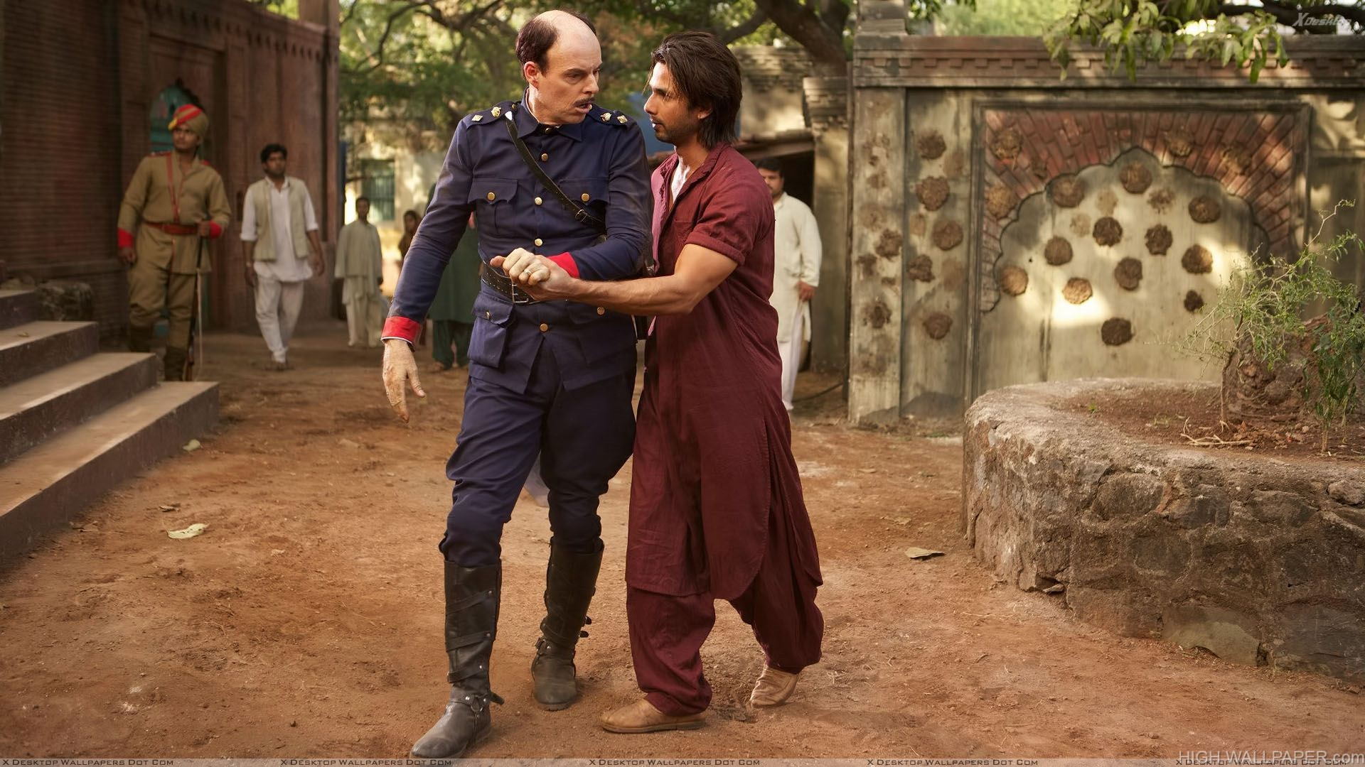 Teri Meri Kahaani   Shahid Kapoor With Man In Long Dress
